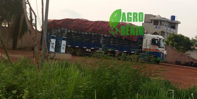 Camion chargé de charbon de bois